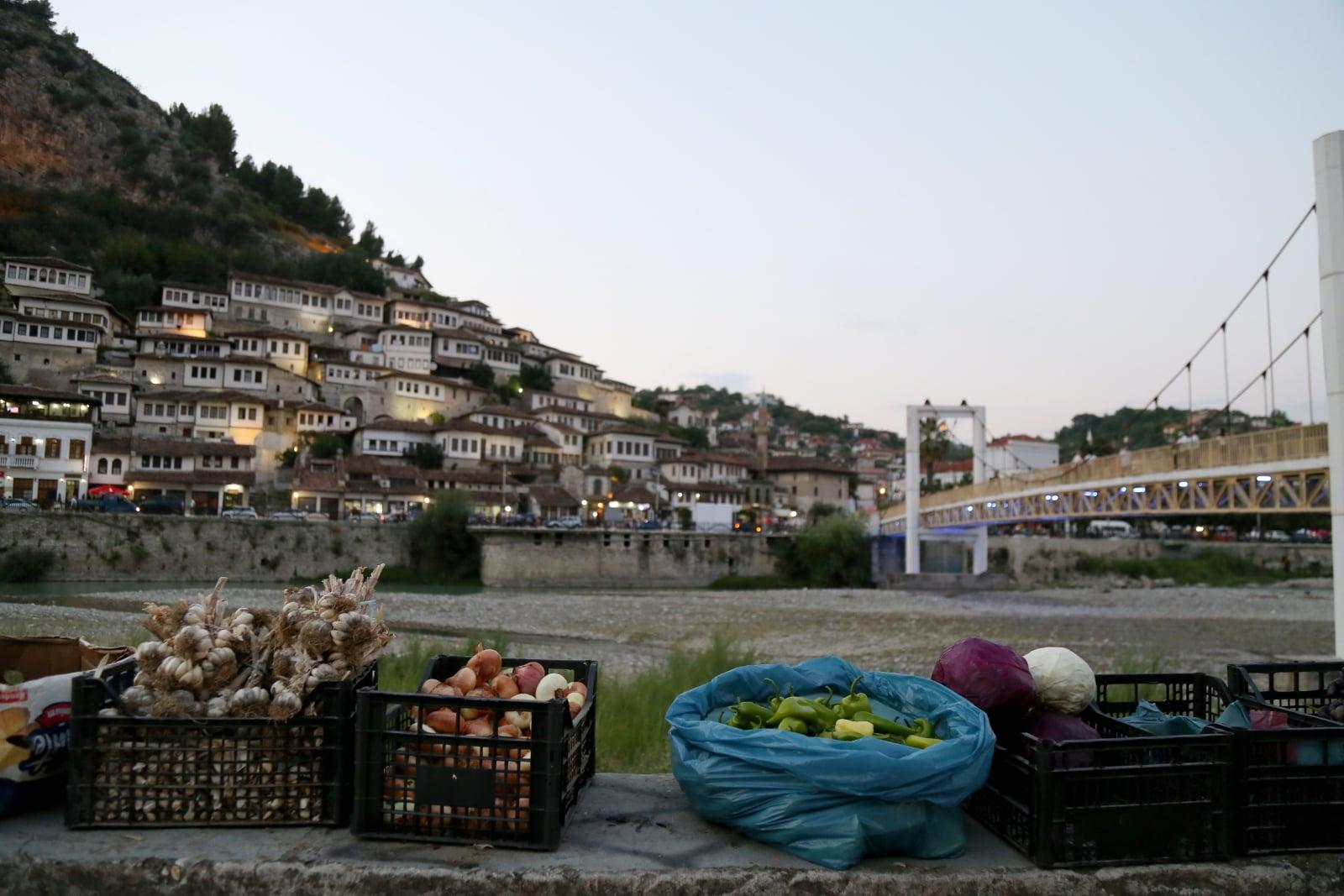 Życie codzienne w Albanii fot. EPA/MALTON DIBRA