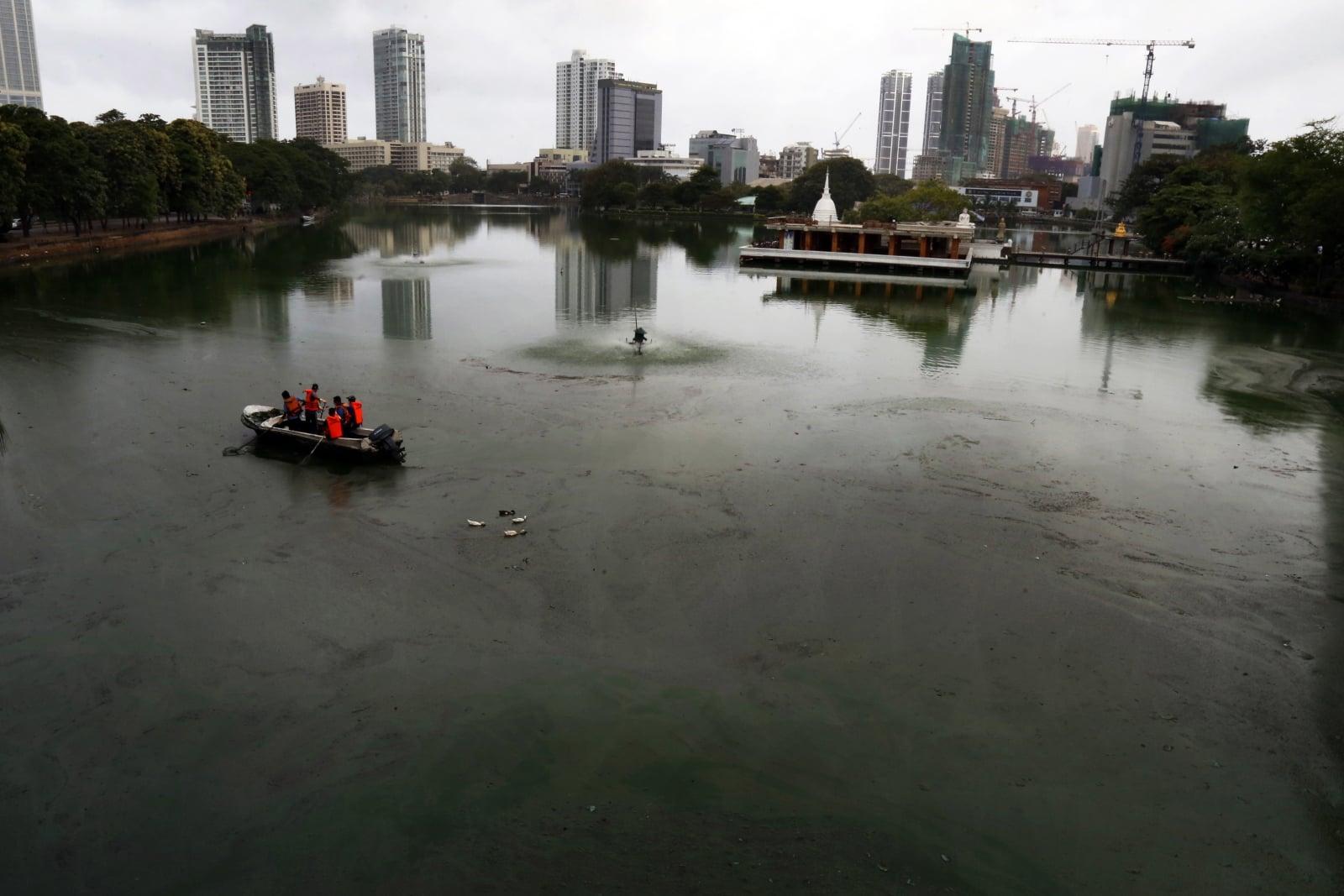 Zanieczyszczona woda na Sri Lance fot. EPA/M.A.PUSHPA KUMARA