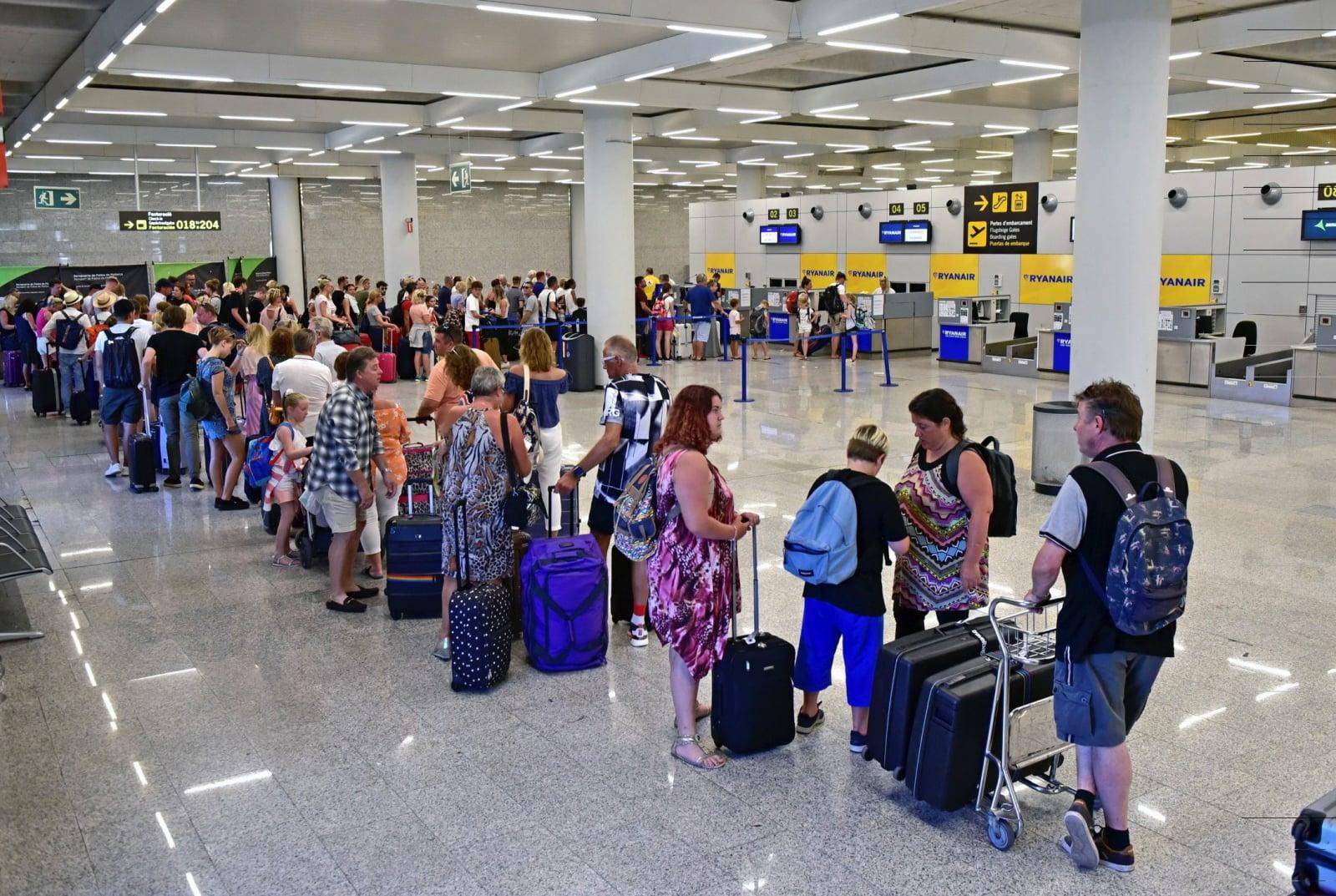 Kolejki na lotnisku Palma de Mallorca spowodowane strajkiem członków personelu pokładowego firmy Ryanair, Baleary, Hiszpania, fot. EPA/ATIENZA