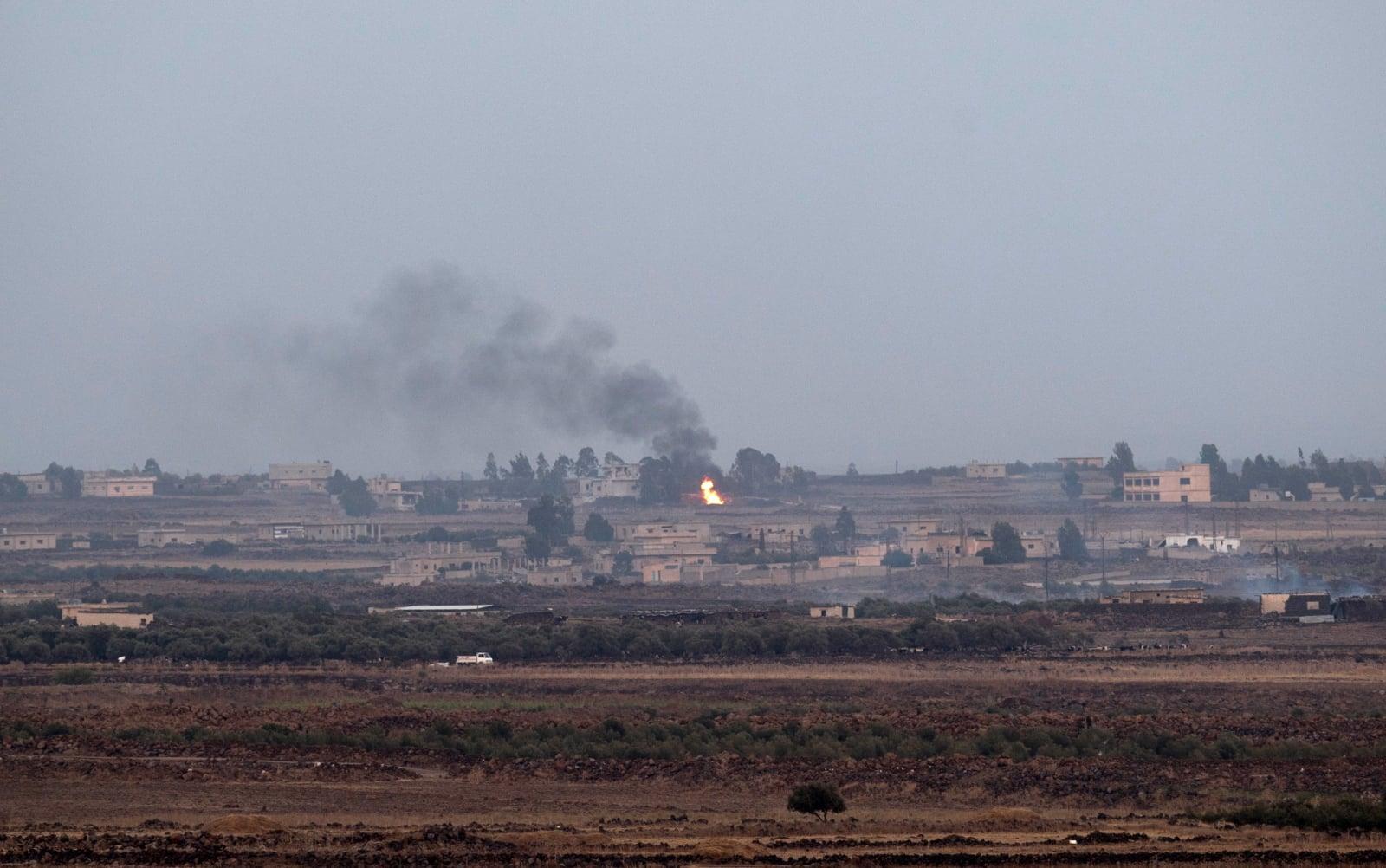 Dym unoszący się nad Wzgóremz Golan w wiosce Arab Asudi w południowo-wschodniej prowincji Quneitra, który jest skutkiem ataków powietrznych, fot. EPA/ATEF SAFADI