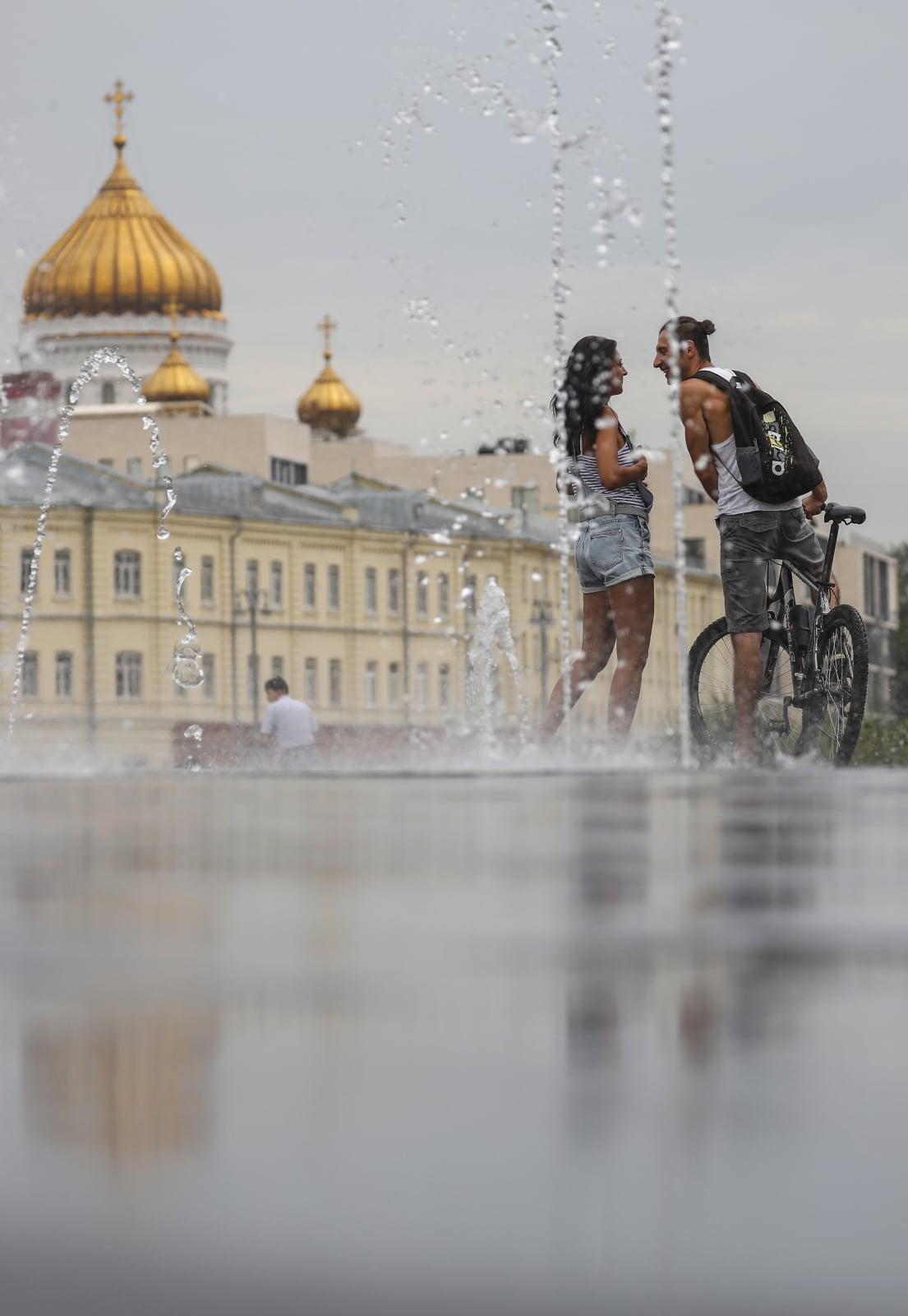 Fontanna przed katedrą Chrystusa Zbawiciela w Moskwie, fot. EPA/SERGEI ILNITSKY