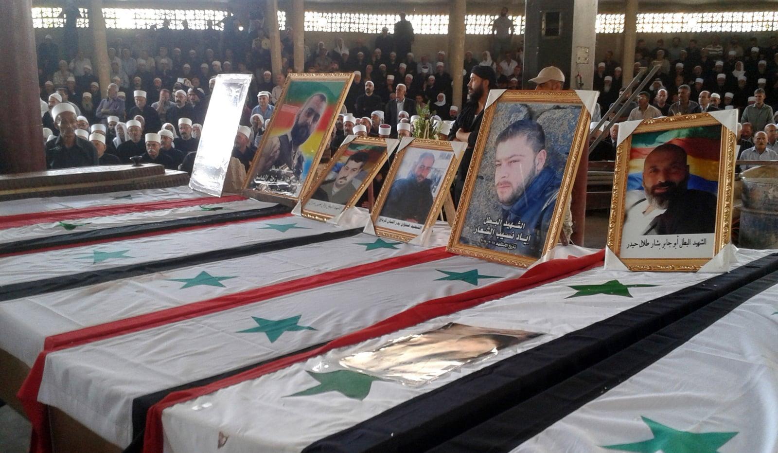 Procesje pogrzebowe ofiar zamachów samobójczych, które uderzyły w prowincję Al-Sweida w południowej Syrii, fot. EPA/SANA