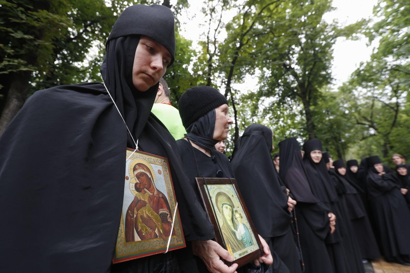 Ukraińskie mniszki prawosławne uczestniczą w nabożeństwie modlitewnym na wzgórzu św. Włodzimierza w centrum Kijowa na Ukrainie. Prawosławni wierzący obchodzą 1030 rocznicę chrystianizacji Rusi Kijowskiej, fot. EPA/SERGEY DOLZHENKO