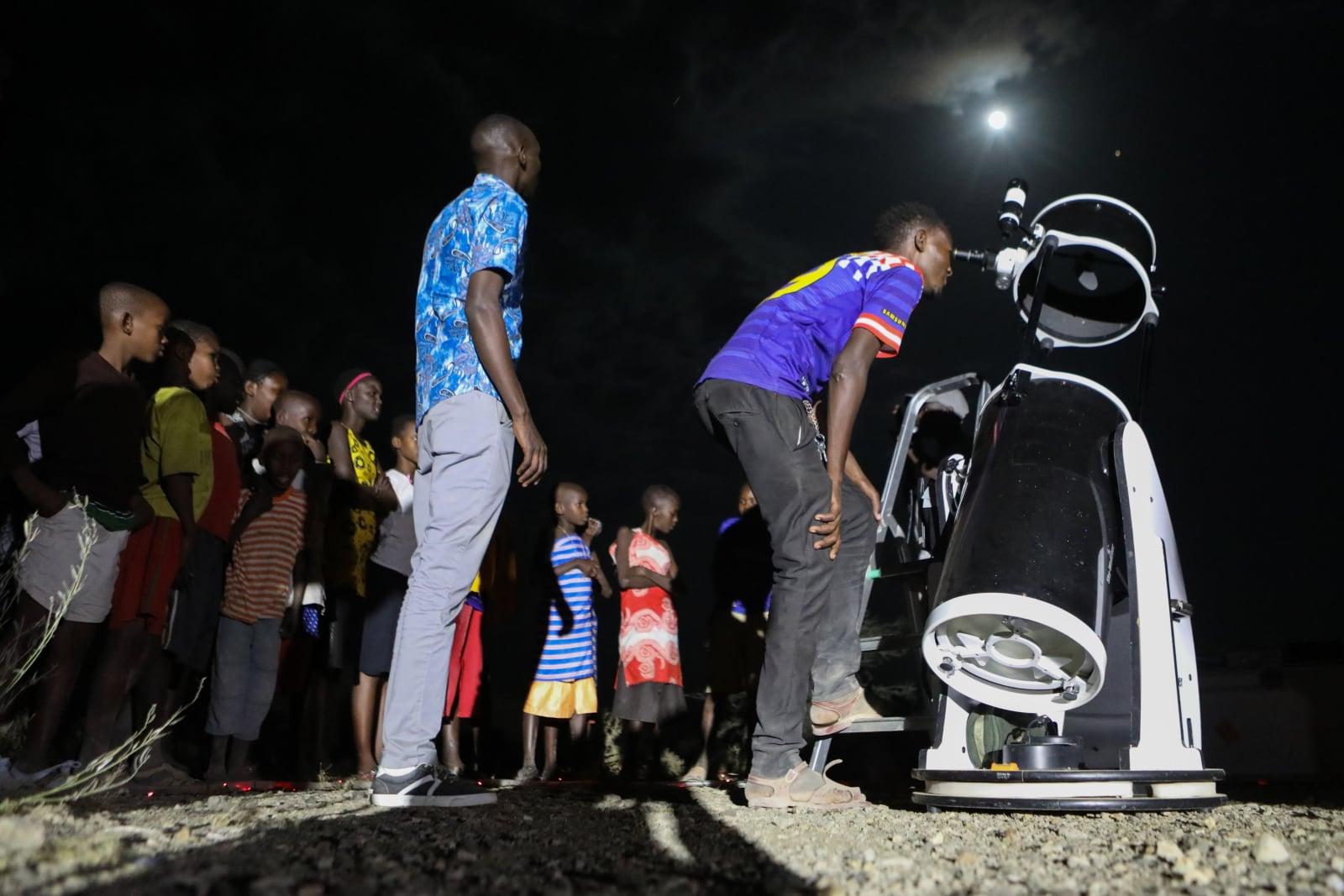 Obserwatorzy wczorajszego zaćmienia księżyca, Magadi, fot. EPA/Daniel Irungu