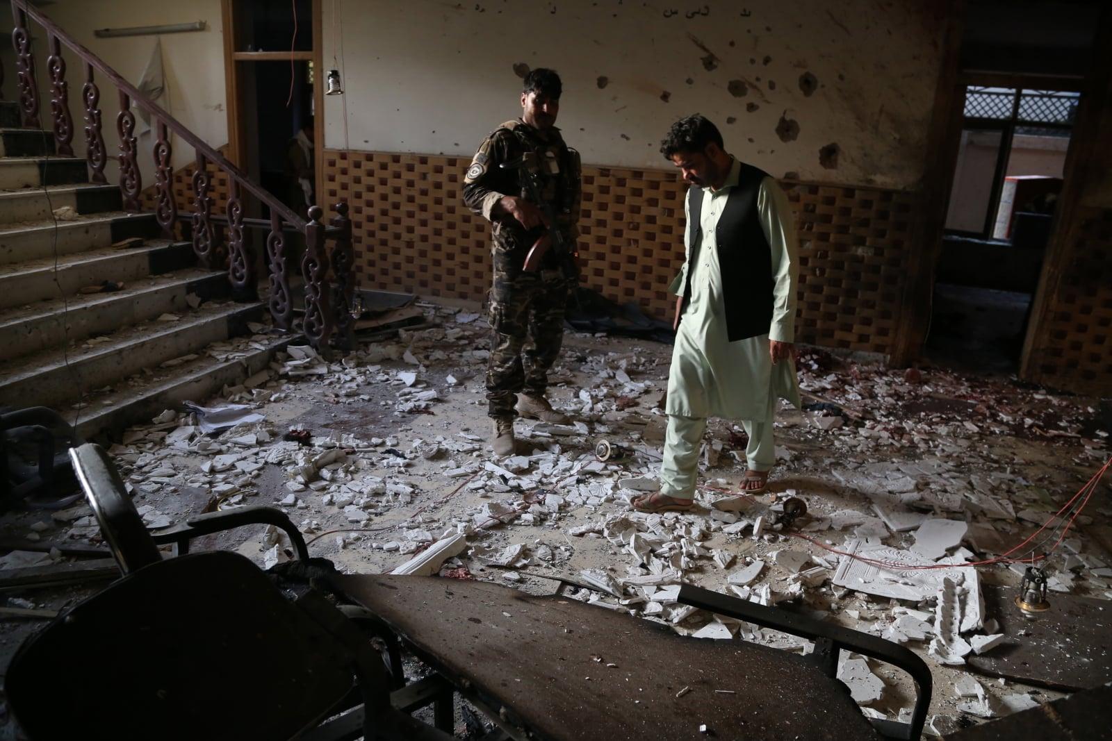 Afgańscy urzędnicy bezpieczeństwa badają miejsce ataku podejrzanych bojowników w Dżalalabadzie w Afganistanie, którzy zaatakowali centrum szkolenia w Dżalalabadzie, zabijając dwie osoby i raniąc siedmiu innych, fot. EPA / GHULAMULLAH HABIBI