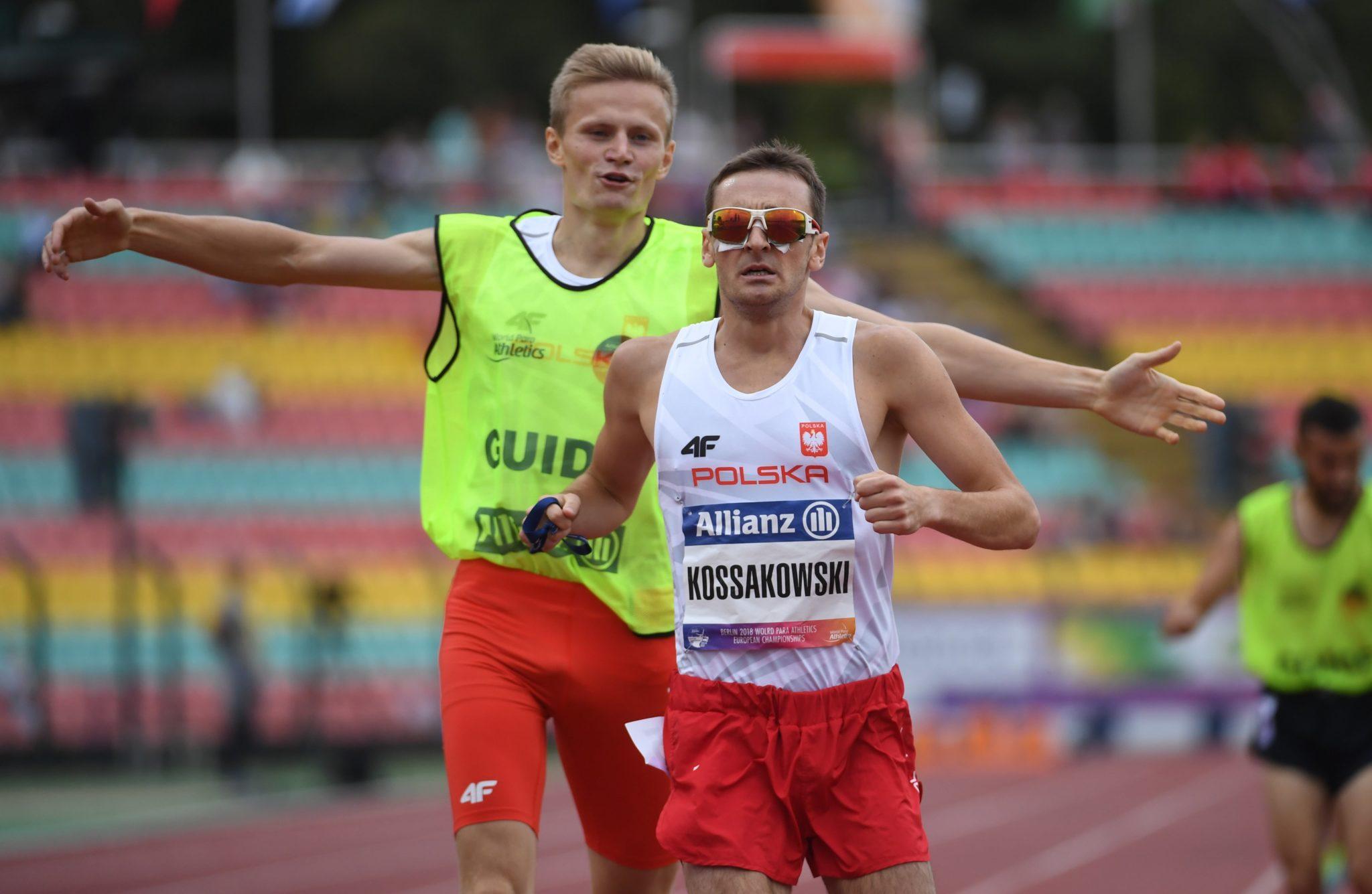 Aleksander Kossakowski i przewodnik Krzysztof Wasilewski w finałowym biegu na dystansie 1500 metrów
