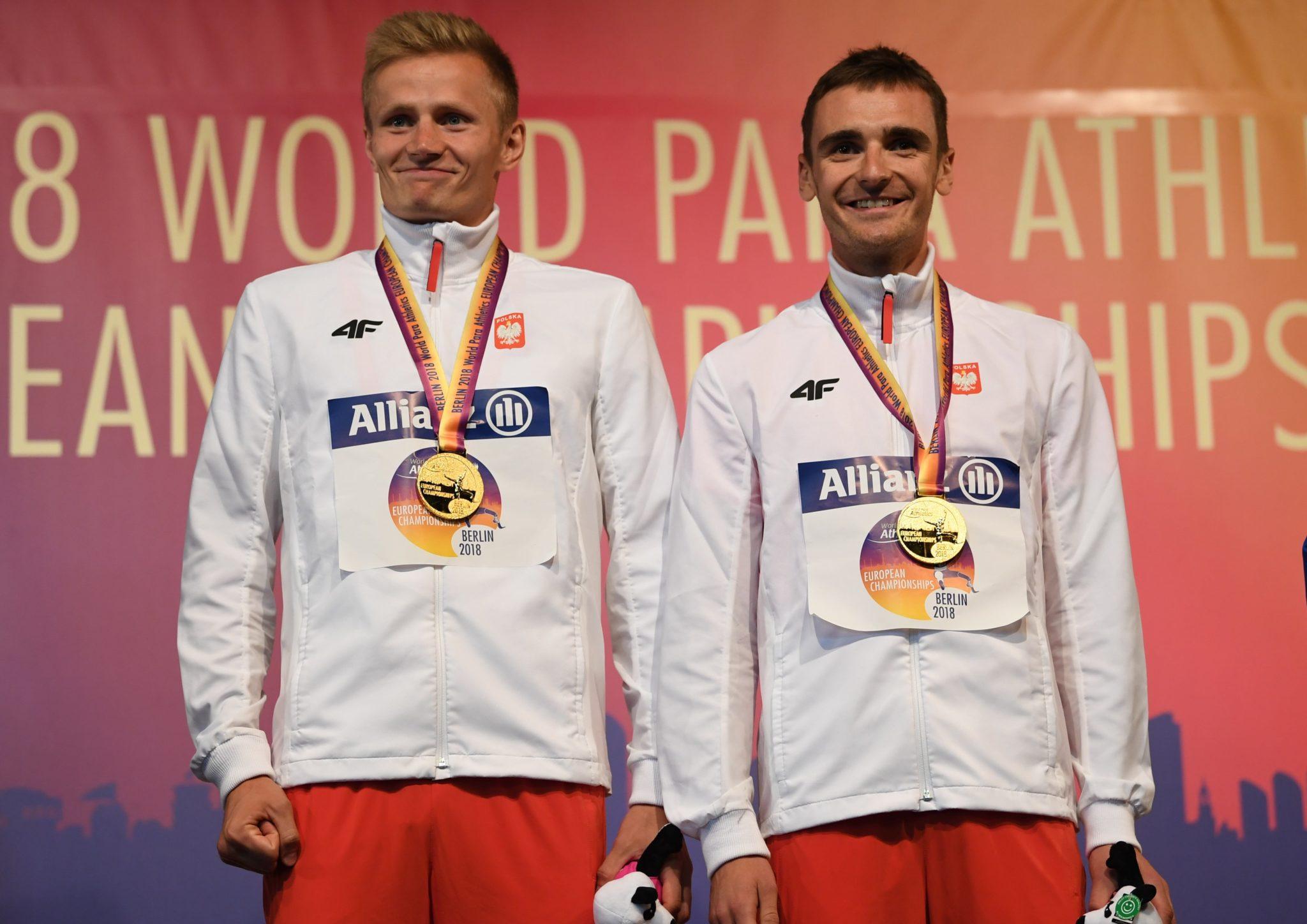 Aleksander Kossakowski i przewodnik Krzysztof Wasilewski podczas ceremonii dekoracji medalami uczestników biegu na 1500 metrów