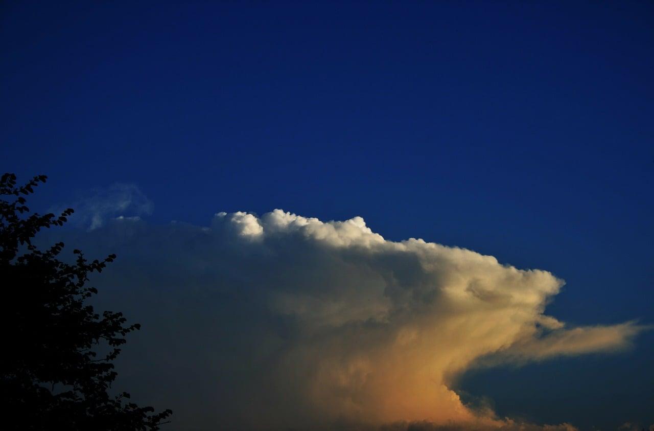 4. Uwaga na chmury - kowadło -  Uważać należy na chmury burzowe, wyglądem przypominające kowadło. Białe, rozbudowane tumany piętrzące się wysoko, których dolna część jest spłaszczona i zaciemniona.