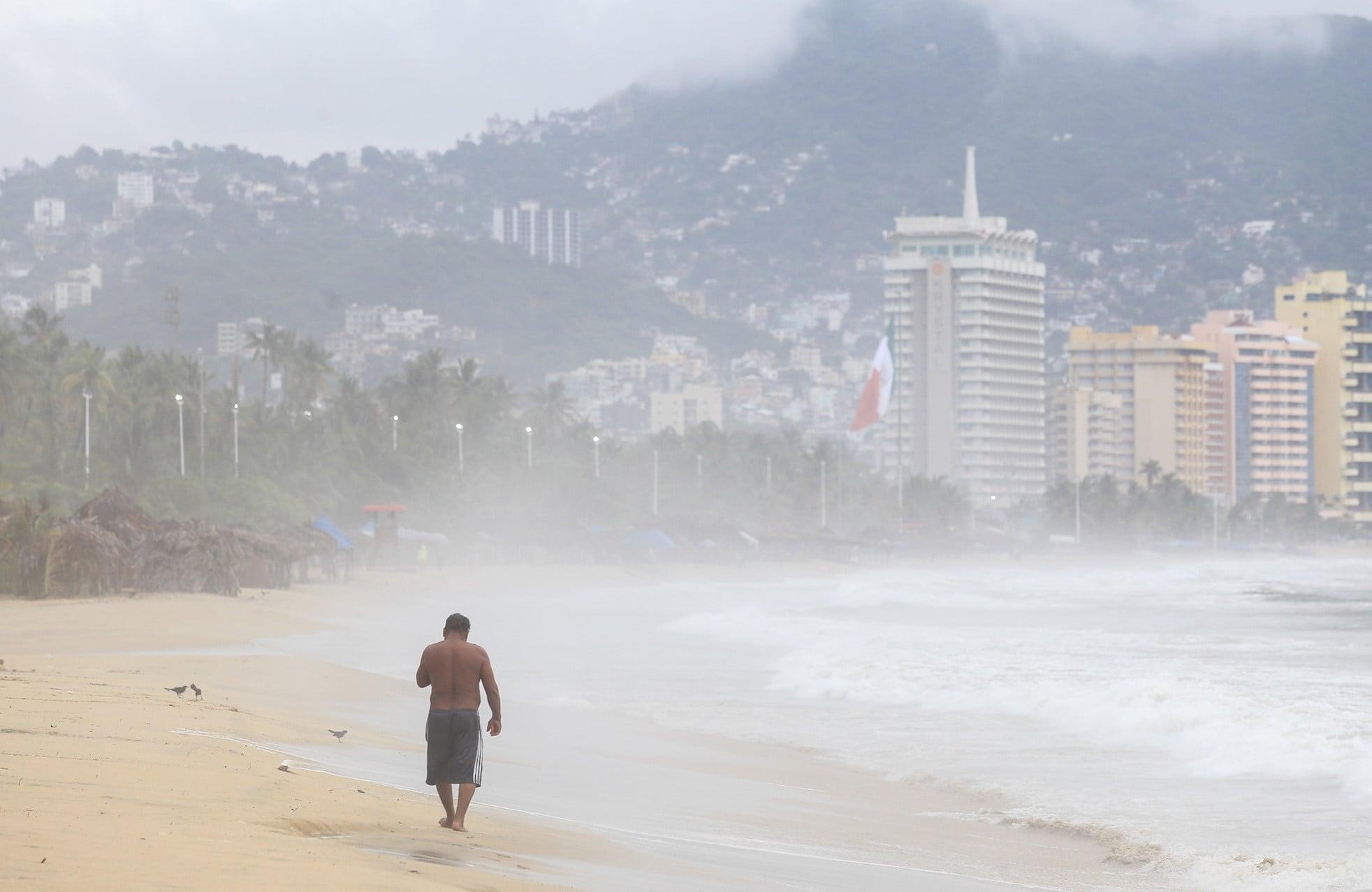 Port Acapulco. Hurakany i silnie wiatry w Meksyku. Dwie tropikalne burze, Ileana i Jan, zyskują na sile i przynoszą ulewne deszcze w kilku stanach Meksyku,  fot. David Guzman, PAP/EPA