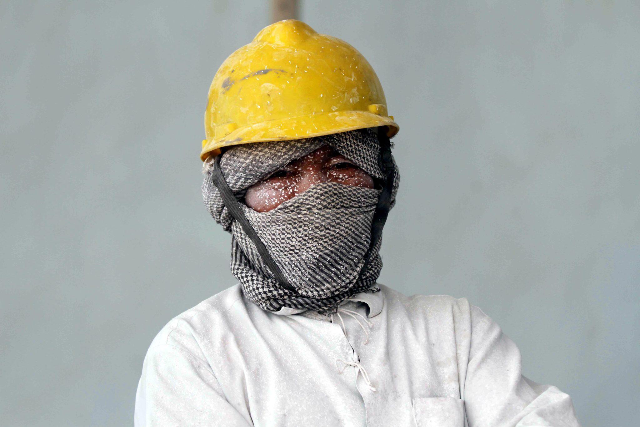 Afgański robotnik przetwarza surowy marmur w fabryce w Herat. Afganistan jest jednym z największych eksporterów surowych marmurów, fot. Jalil Rezyaee, PAP/EPA