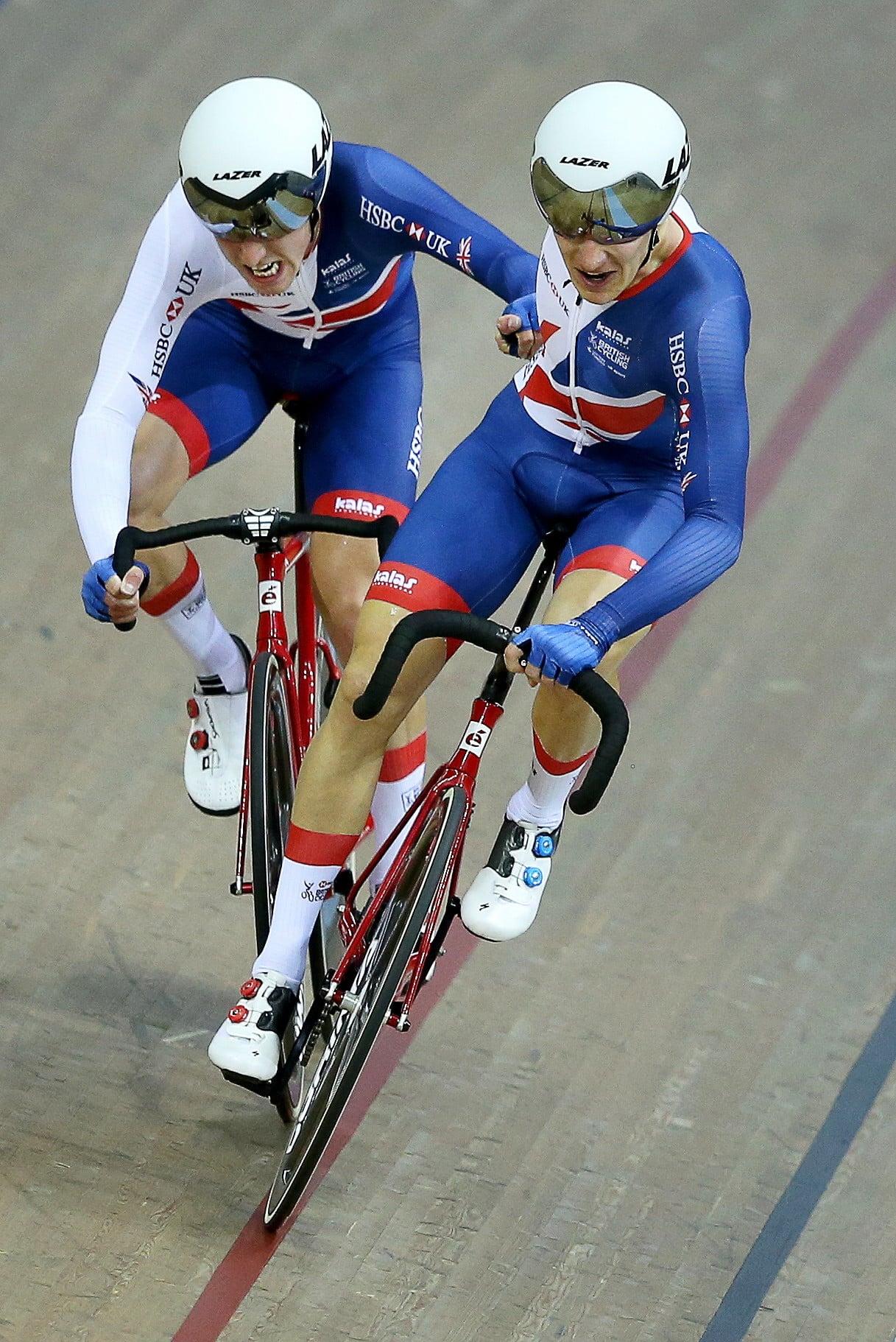 Glasgow, Wielka Brytania: Oliver Wood i Ethan Hayter walczą o zdobycie brązowego medalu w męskim finale Madison w wyścigach kolarskich na Mistrzostwach Europy w Glasgow, fot. Robert Perry, PAP/EPA