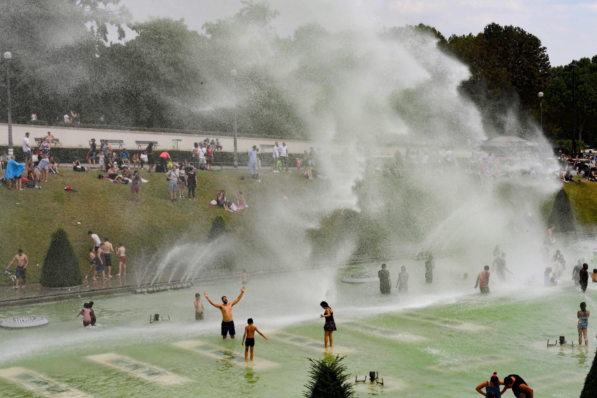 Strumienie wody z fontann na placu Trocadero przed Wieżą Eiffla w Paryżu. We Francji, 70 departamentów ma ostrzeżenia przed wysokimi temperaturami i silnymi burzami, fot. Caroline Blumberg, PAP/EPA