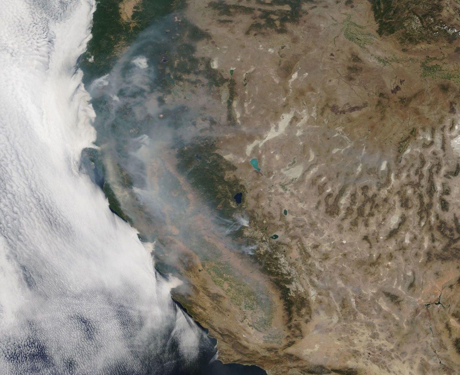 Pożary w Kalifornii pochłonęły już prawie 280 000 hektarów! EPA/NASA.
