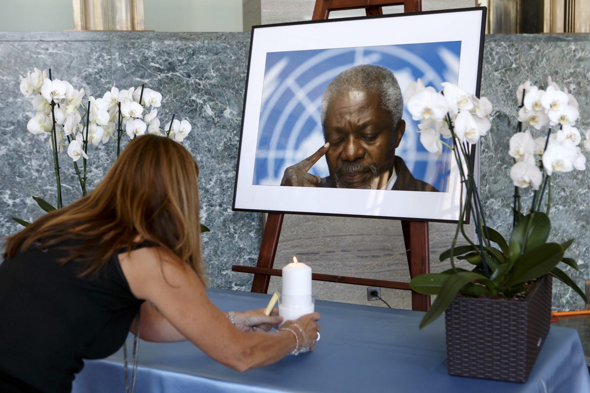 Członek personelu ONZ przed portretem byłego sekretarza generalnego Organizacji Narodów Zjednoczonych Kofiego Annana, podczas ceremonii w Europejskiej siedziby Organizacji Genewa, fot. Salvatore Di Nolfi, PAP/EPA