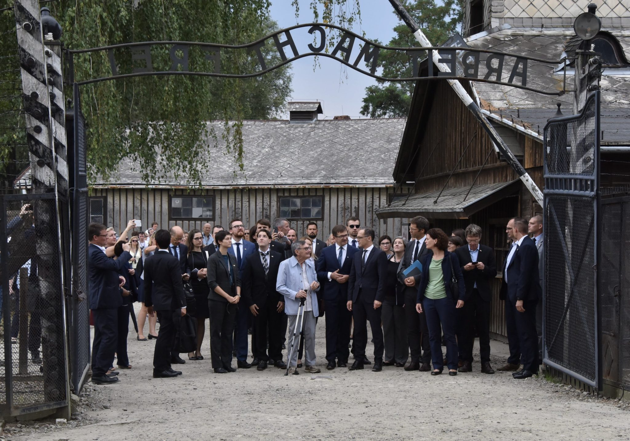 Niemieckie obozy zagłady reprezentują najmroczniejsze akapity historii niemieckiej; bierzemy odpowiedzialność za okrucieństwa, które zostały dokonane na Polakach i Żydach - powiedział w poniedziałek minister spraw zagranicznych Niemiec Heiko Maas. W poniedziałek w Centrum św. Maksymiliana w Harmężach koło Oświęcimia odbyło się spotkanie szefów MSZ Polski i Niemiec (Jacka Czaputowicza i Heiko Maasa), fot. PAP/EPA