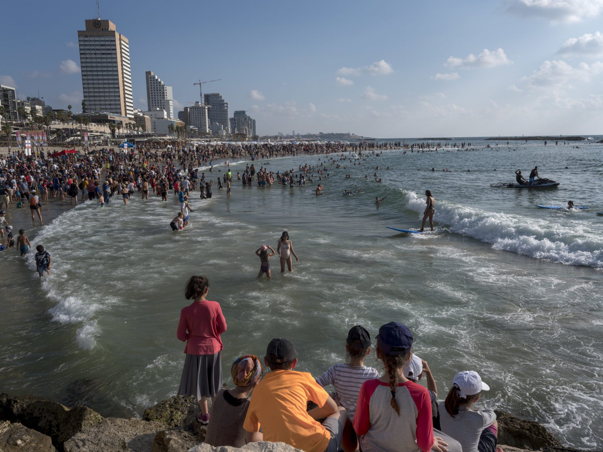 Izraelczycy w strojach z lat czterdziestych XX wieku - flash mob na plaży w Tel Awiwie (reprodukcja Ha'Apala, czyli żydowskiej imigracji do Izraela drogą morską, z okazji 70. rocznicy ustanowienie państwa Izrael w 1948 roku), fot. Jim Hollander, PAP/EPA