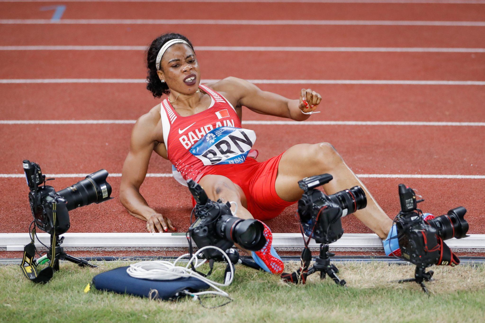 Oluwakemi Adekoya z Bahrajnu wpadła w camera podczas biegu na Mistrzostwach Azji w Dżakarcie, Indonezji, fot. Christian Bruna, PAP/EPA