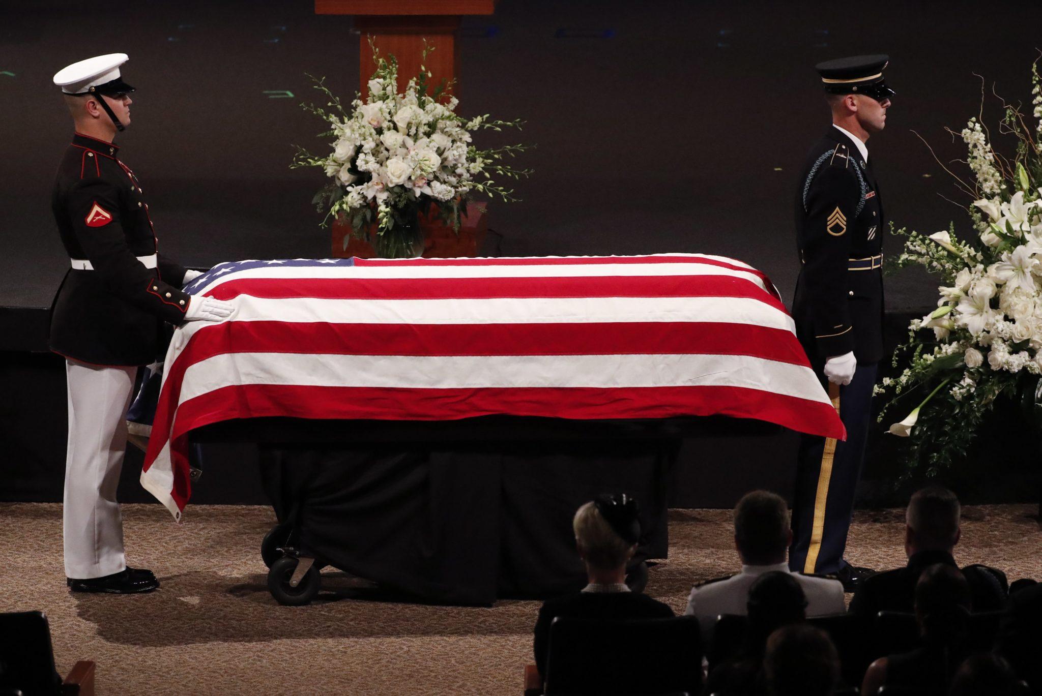 W rotundzie Kapitolu stanu Arizona w Phoenix wystawiona została trumna z ciałem zmarłego amerykańskiego senatora Johna McCaina. Z politykiem żegnała się rodzina, byli koledzy i współpracownicy, a także przedstawiciele lokalnych władz, fot. PAP/EPA