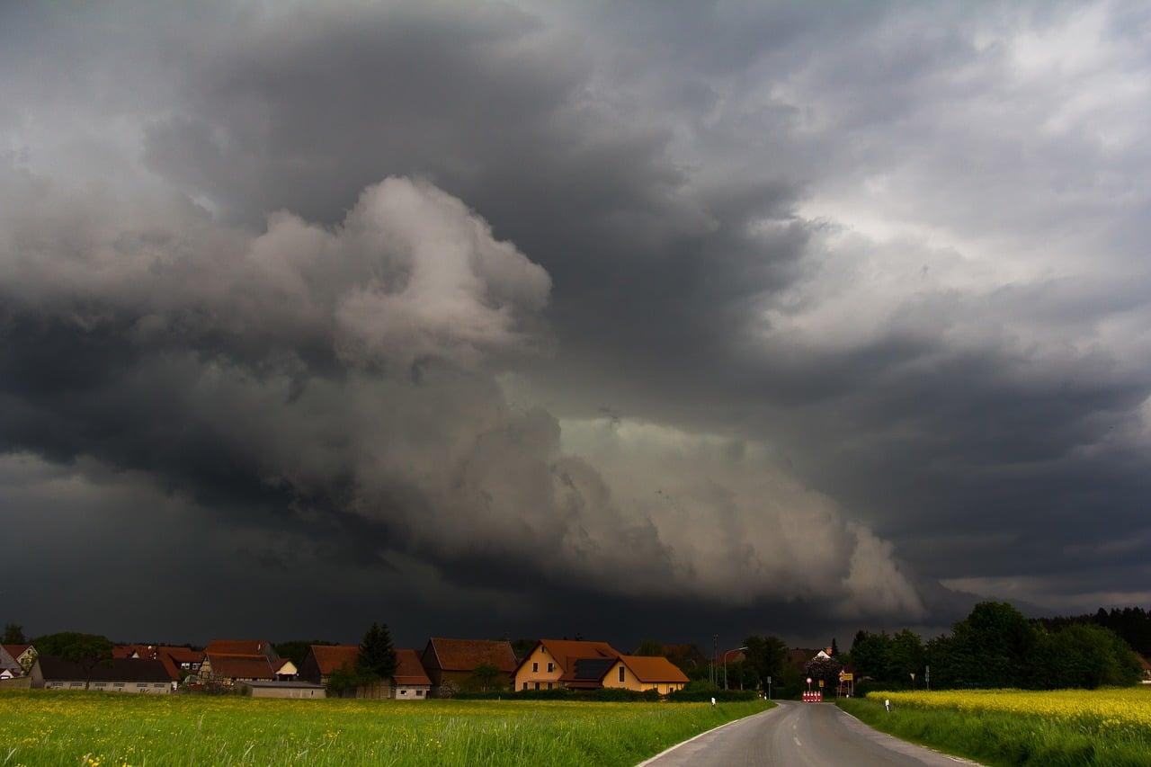 5. Uwaga na chmury – wał szkwałowy -  Inną bardzo groźną chmurą jest tzw. wał szkwałowy, przypomina długi, poziomy wałek tam gdzie zaczyna się burza. Chmura szkwałowa oznacza zwykle bardzo gwałtowną burzę, która rozpoczyna się nagle bardzo silnym podmuchem wiatru i ulewnym deszczem.