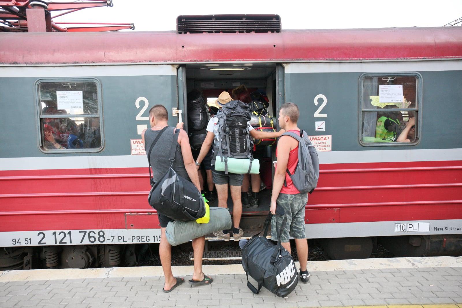 Uczestnicy Pol'and'Rock Festival (dawniej Przystanek Woodstock) na dworcu kolejowym w Kostrzynie nad Odrą, fot. PAP/Lech Muszyński