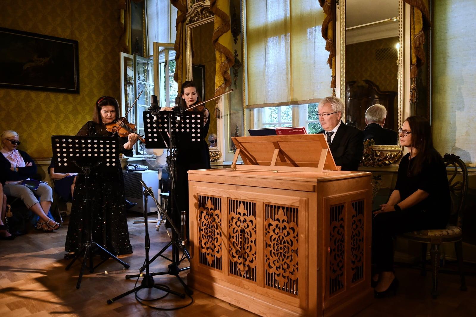 Skrzypaczki Maria Sławek i Kaja Danczowska oraz pozytyw organowy Andrzej Białko podczas koncertu