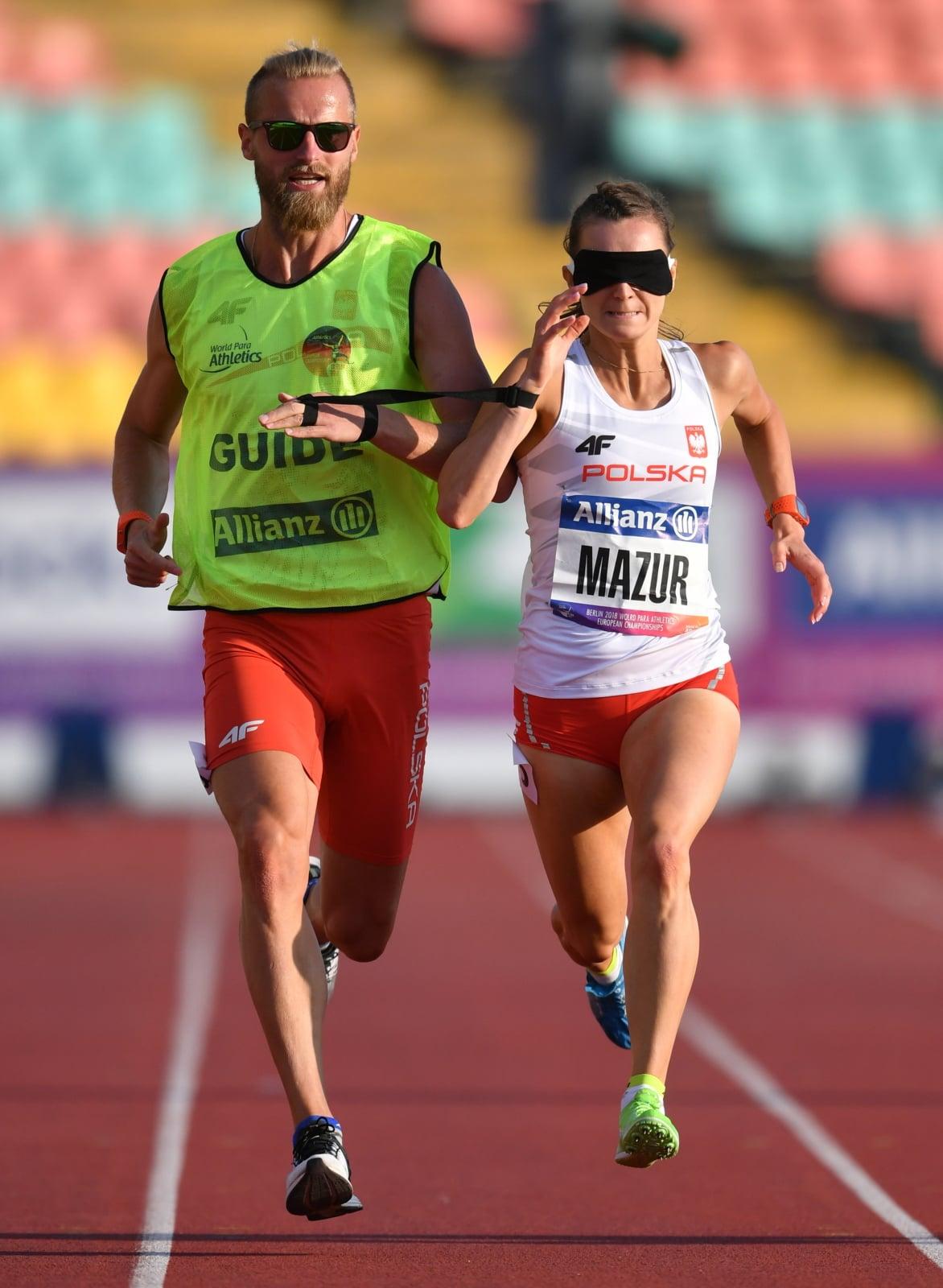 Joanna Mazur i przewodnik Michał Stawicki w finale biegu na 200 metrów (klasa T11) podczas lekkoatletycznych mistrzostw Europy osób z niepełnosprawnościami w Berlinie