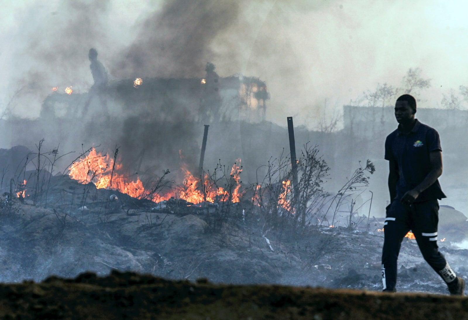 Pożar w osadzie slumsów w mieście Lepe, w Huelva, w południowej Hiszpanii, fot. EPA/Julian Perez