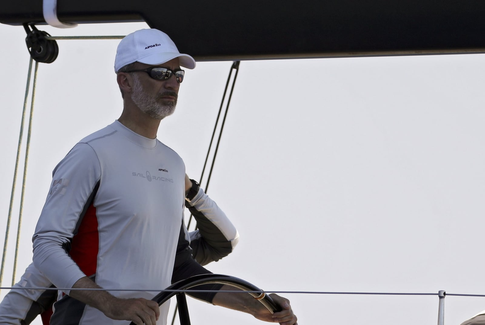 Hiszpański król Filip VI na pokładzie statku Aifos 500 podczas trzeciego dnia wyścigów żeglarskich 37. Pucharu Króla, na Majorce, we wschodniej Hiszpanii, fot. EPA/BALLESTEROS