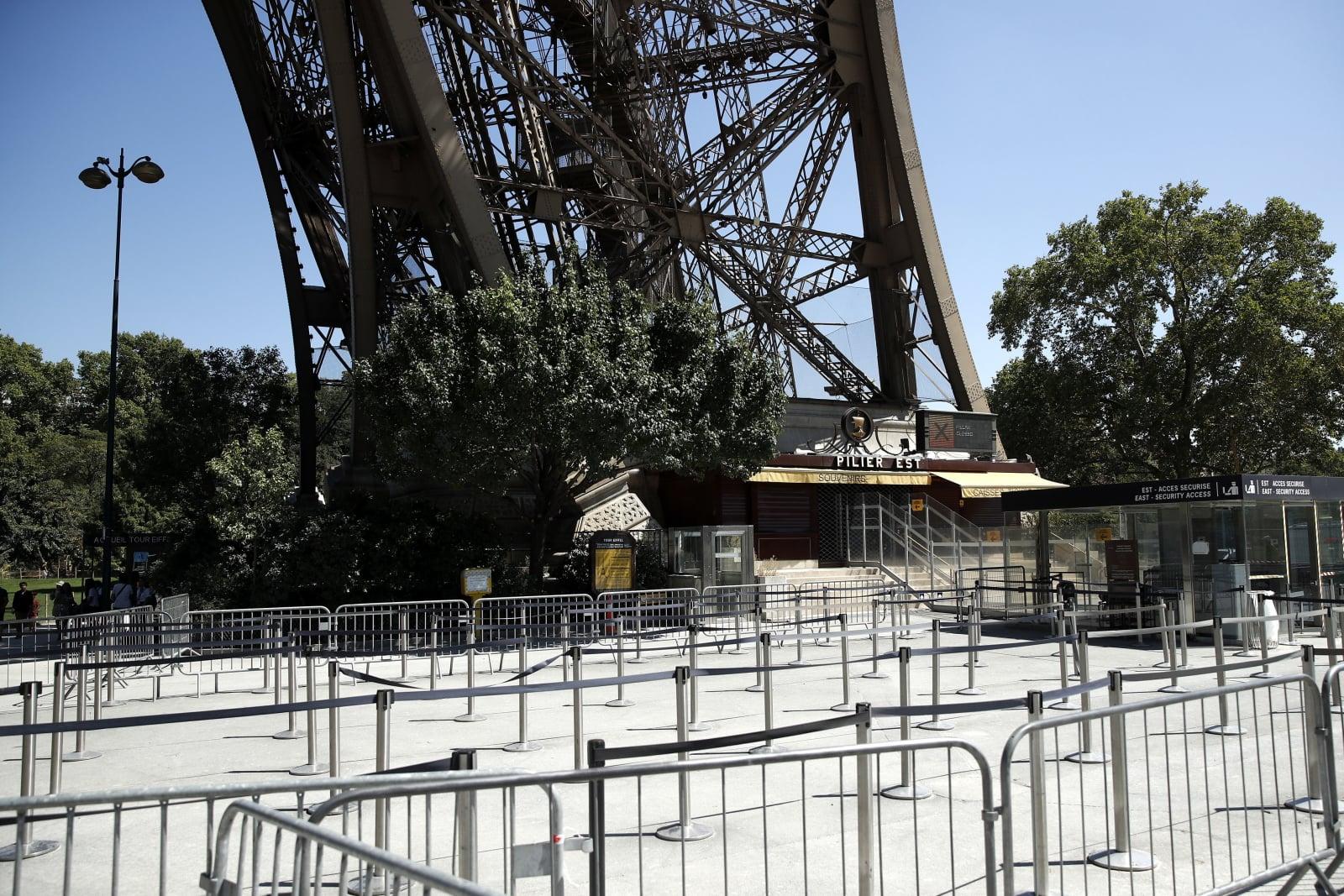 Nieczynne wejście do Wieży Eiffla w Paryżu, które jest skutkiem strajku prawocników wieży Eiffla, fot. EPA/YOAN VALAT