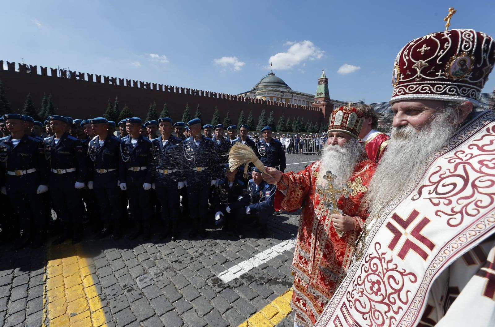 Rosyjscy prawosławni księża błogosławią rosyjskich spadochroniarzy z okazji tradycyjnych rosyjskich obchodów
