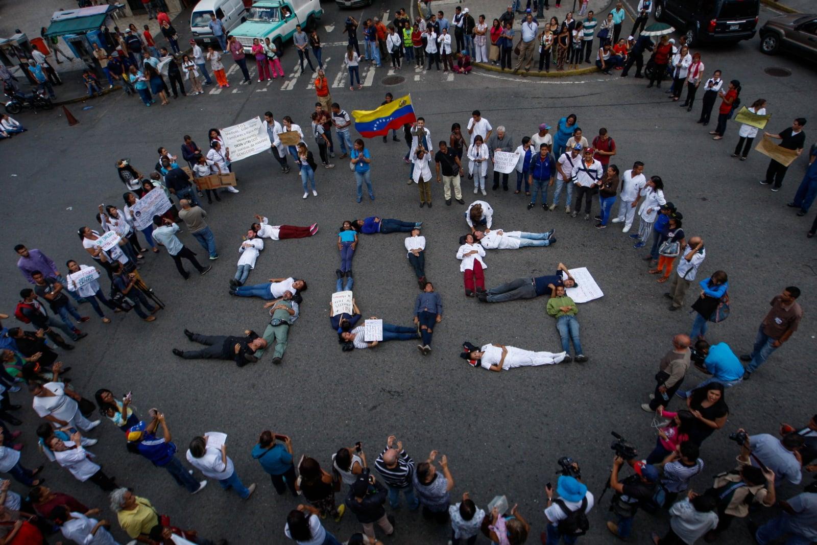Protest lekarzy, pielęgniarek i personeul szpitala publicznego w Caracas, Wenezuela, fot. EPA/Cristian Hernandez