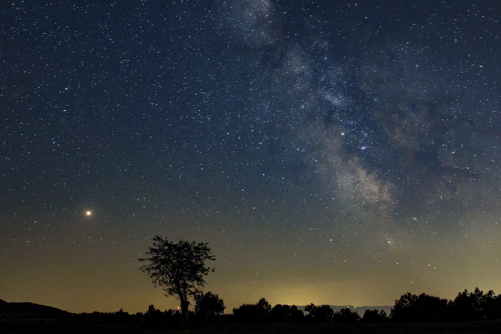 Mars i Droga Mleczna widziana w Salgotarjan, Węgry, fot. EPA/PETER KOMKA