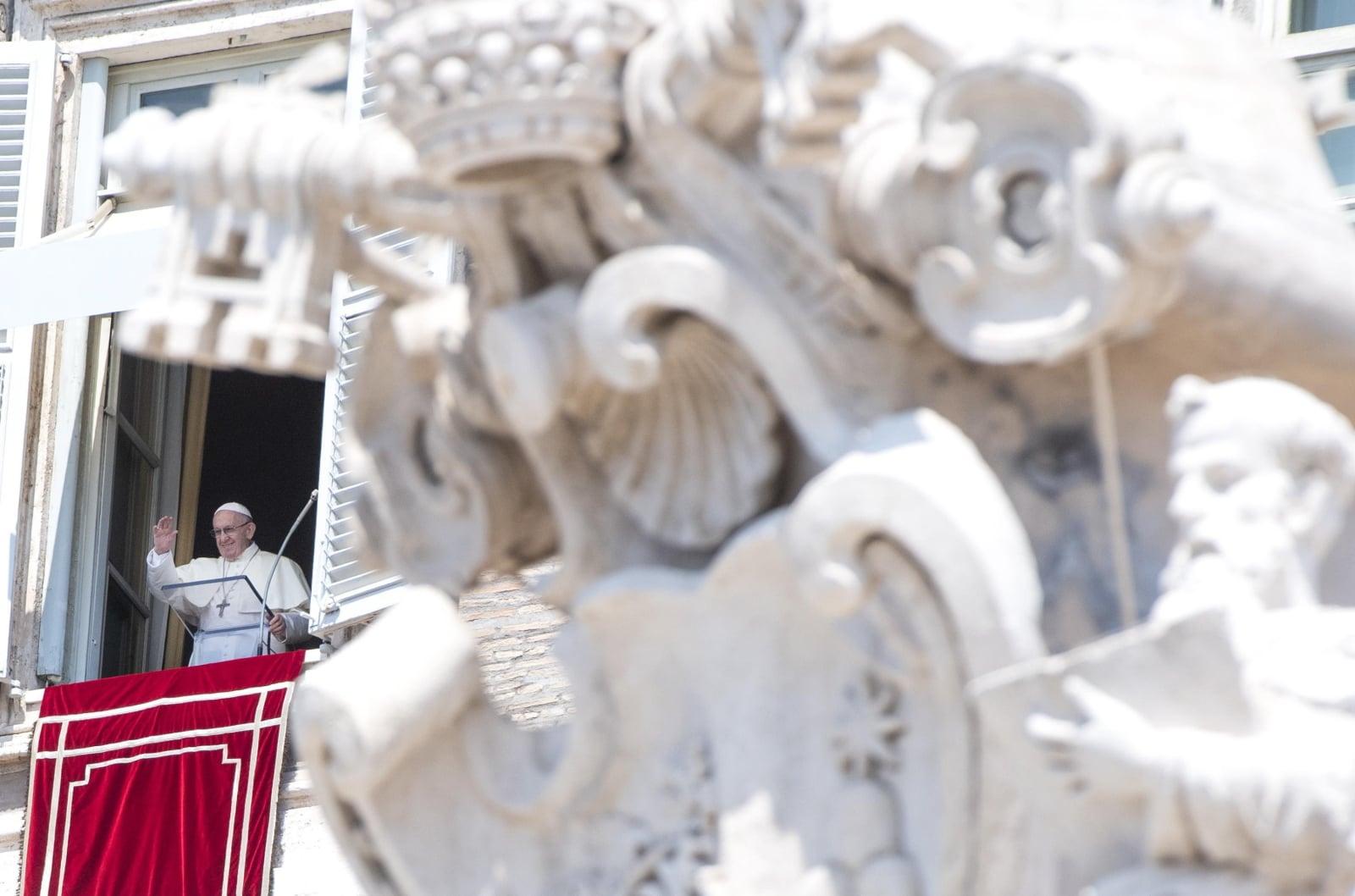 Papież Franciszek podczas modlitwy Anioł Pański, fot. EPA/CLAUDIO PERI