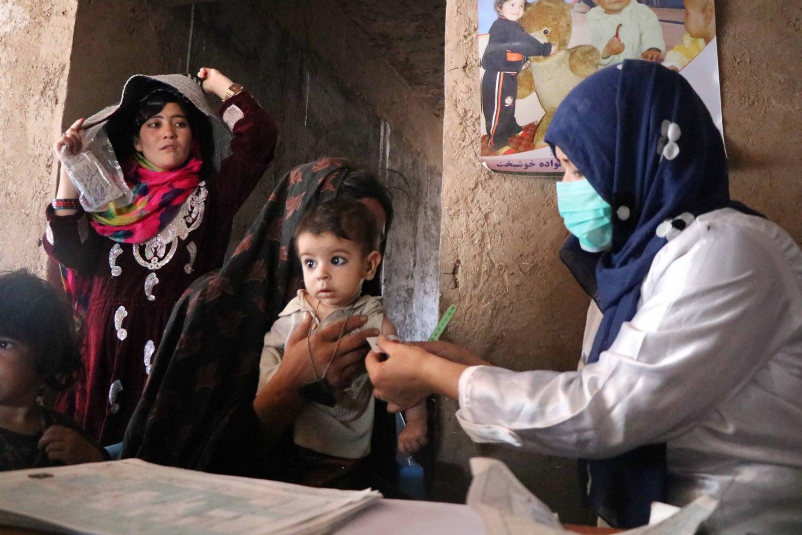 Pomoc medyczna UNICEFu w Afganistanie fot.  EPA/JALIL REZAYEE
