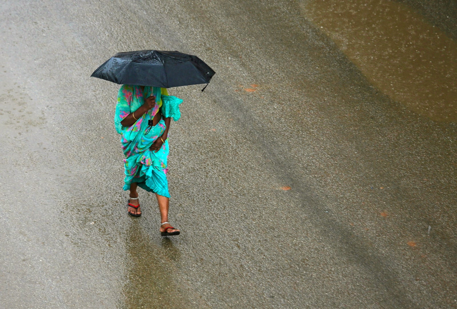Deszcze w Indiach fot. EPA/JAGADEESH NV