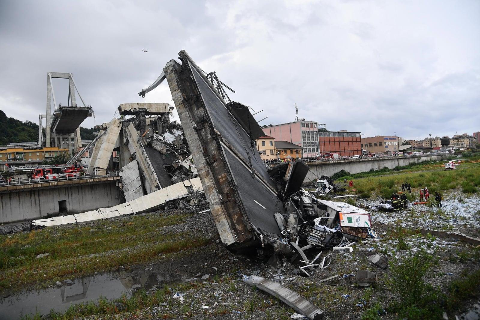 Tragiczny wypadek w Genui - most zawalił się na środku autostrady fot. EPA/LUCA ZENNARO