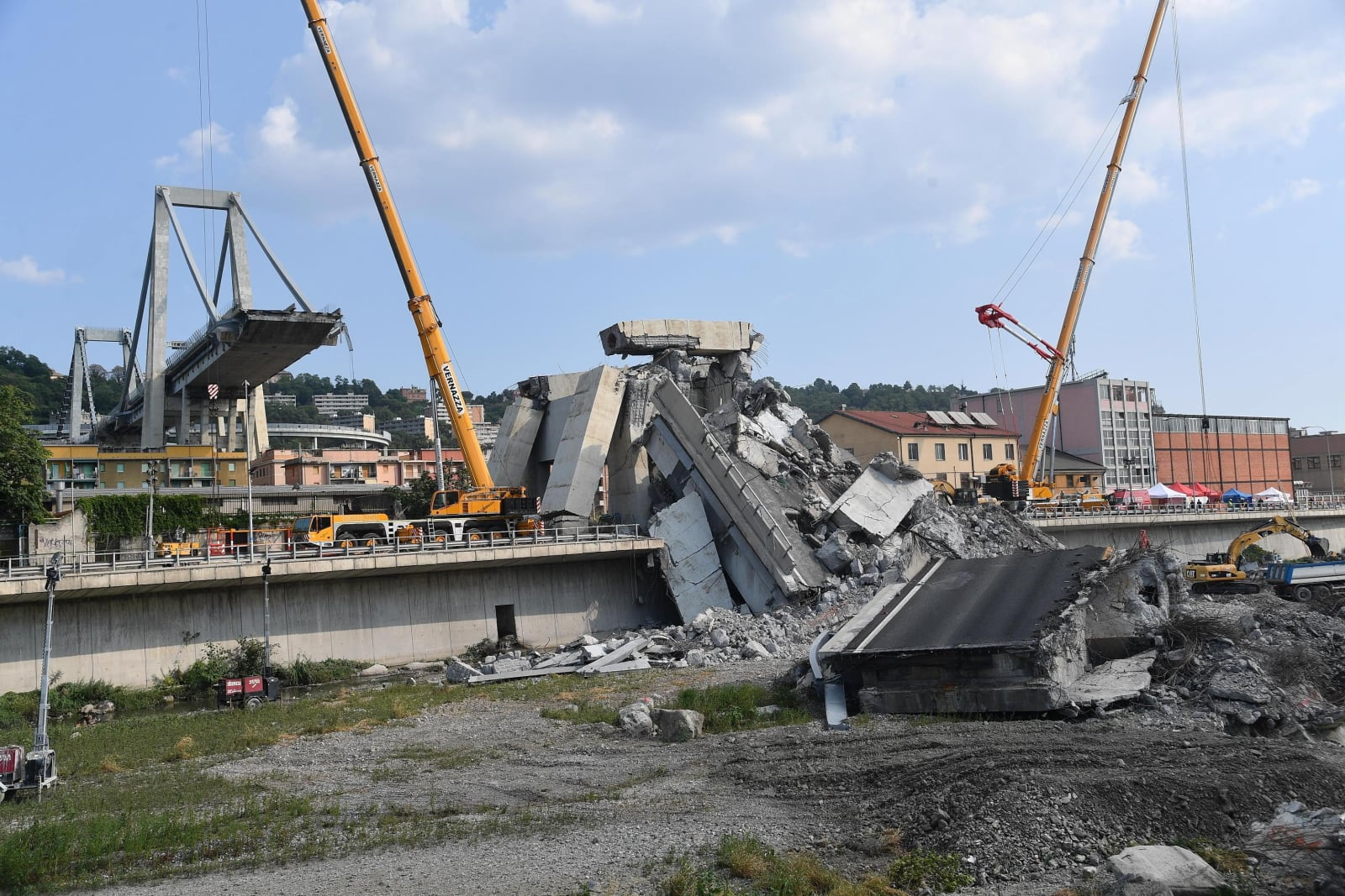 Fragment zawalonego mostu Morandi, w Genui, Włochy, fot.  EPA/LUCA ZENNARO