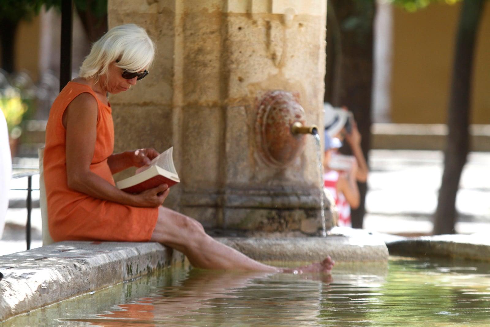 Kobieta czytająca książkę w trakcie wysokich upałów w Kordobie, w południowej Hiszpanii, fot. EPA/SALAS