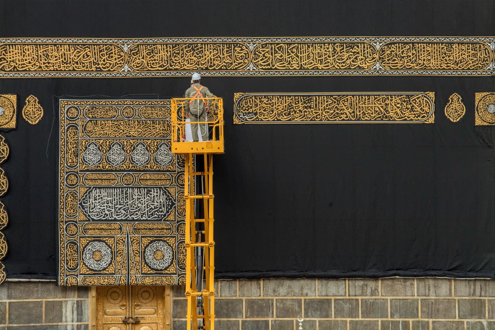 Wymiana zeszłorocznego okrycia Kaaby, Mekka, Arabia Saudyjska. PAP/EPA/CENTER FOR INTERNATIONAL COMMUNICATION
