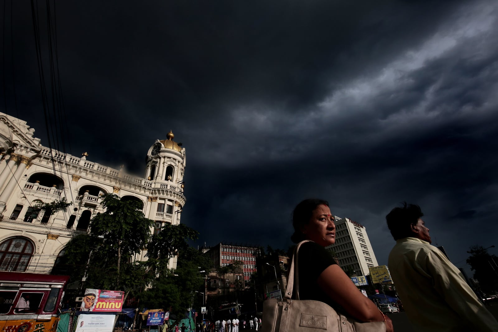 Ciemne chmury nad Kalkutą. Fot. PAP/EPA/PIYAL ADHIKARY
