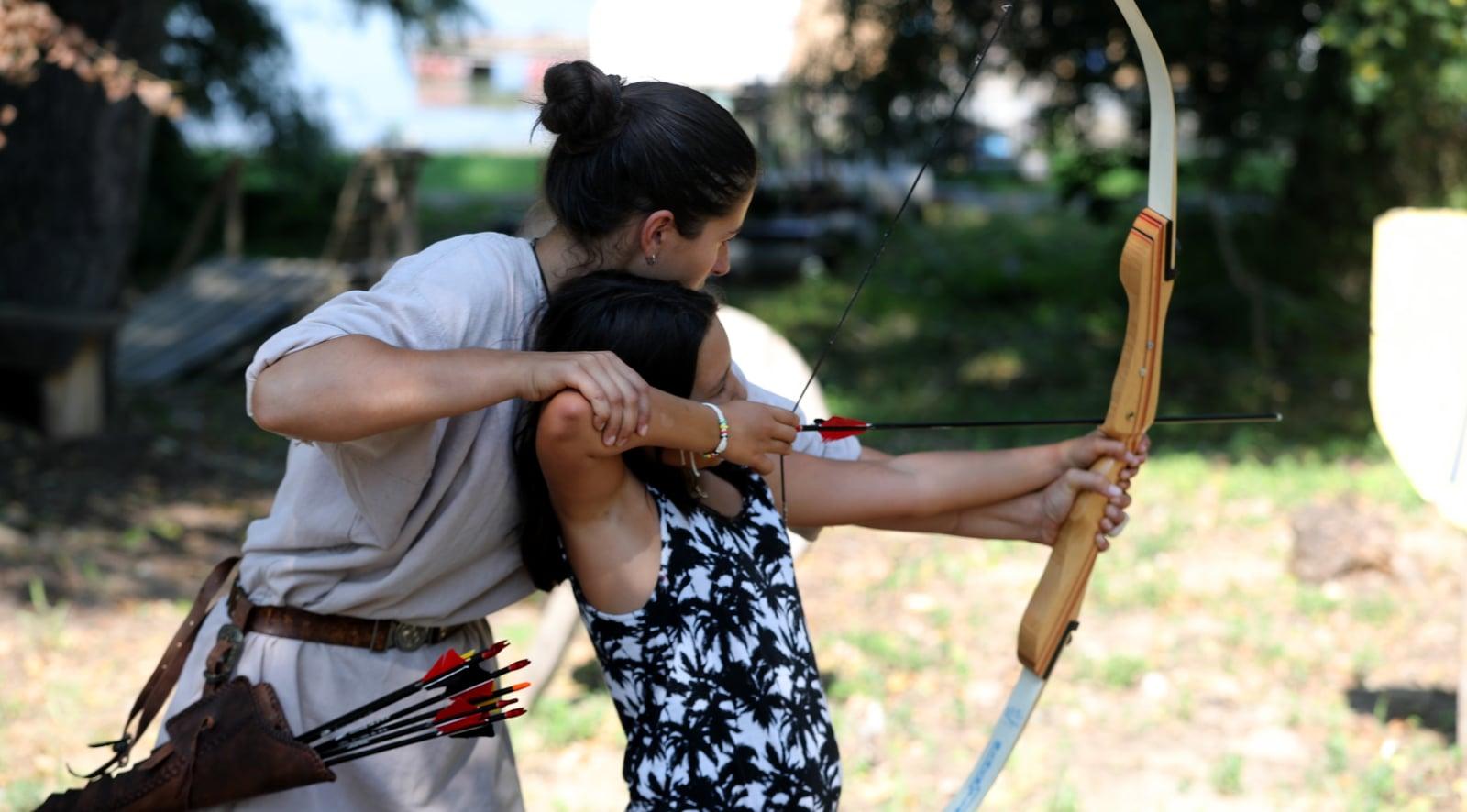 Mała serbska dziewczyna uczy się strzelać z łuku Fot. PAP/EPA/KOCA SULEJMANOVIC