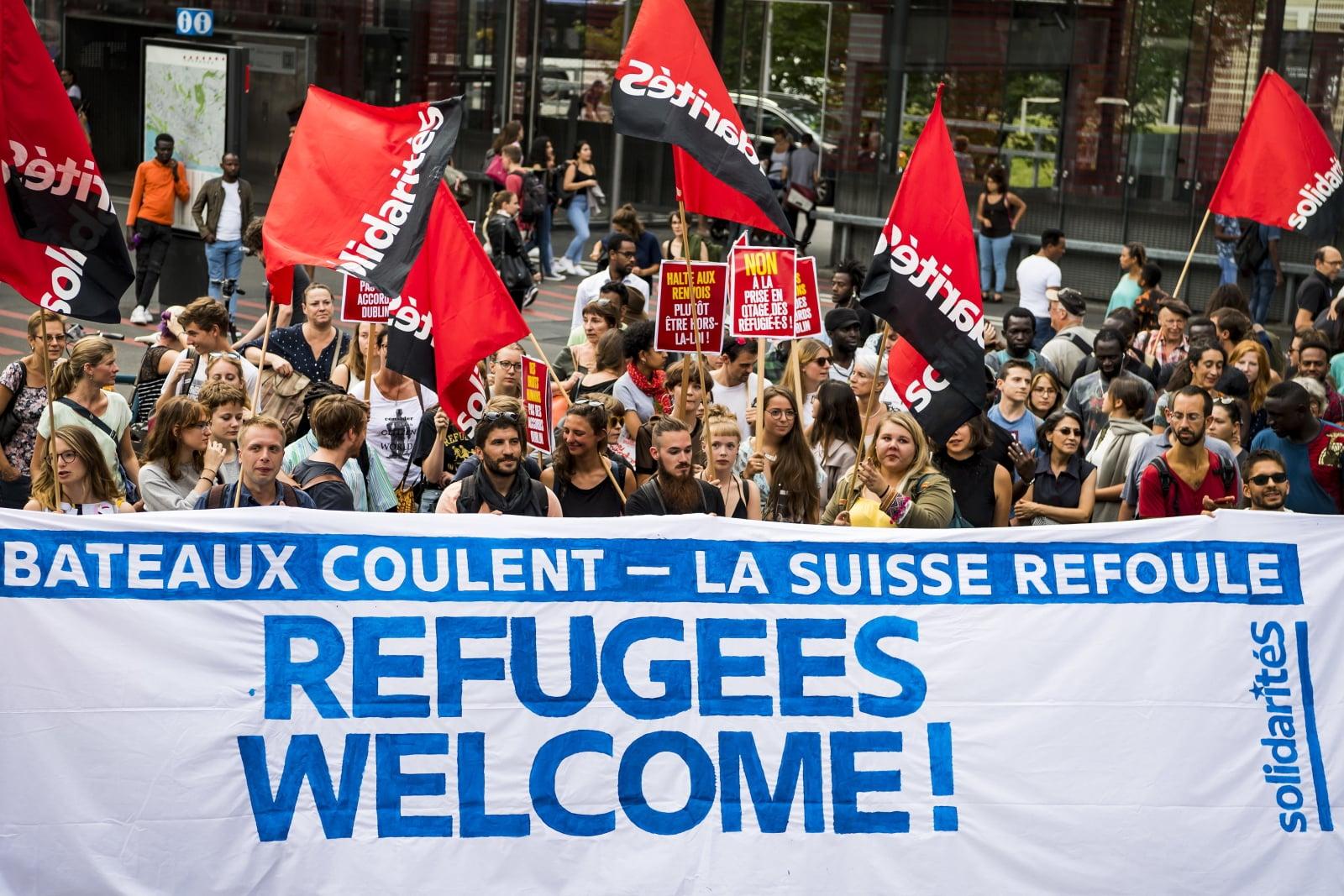Protest przeciwko szwajcarskiej polityce migracyjnej Fot. PAP/EPA/JEAN-CHRISTOPHE BOTT