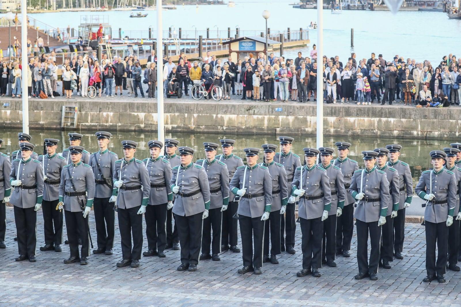 Fińska Gwardia Honorowa w czasie wizyty prezydenta Francji Emmanuela Macrona. Fot. PAP/EPA/MAURI RATILAINEN