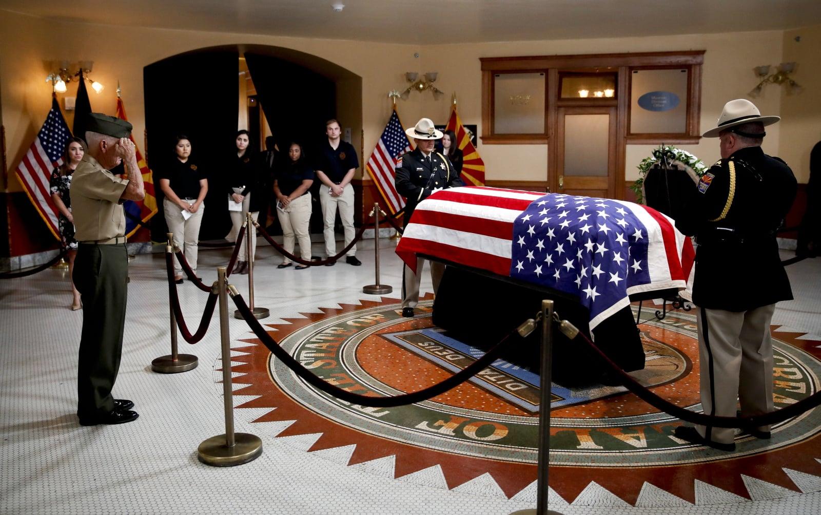 Weteran wojny w Wietnami salutuje przy trumnie sen. McCaina. Fot. PAP/EPA/JAE C. HONG / POOL