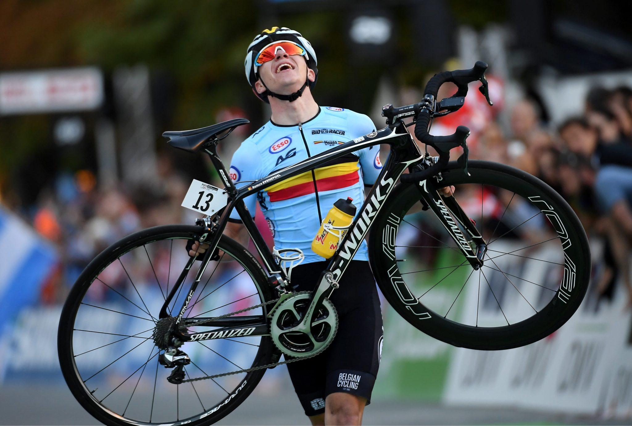 Zwycięzca Belg Remco Evenpoel na mecie wyścigu ze startu wspólnego juniorów podczas kolarskich mistrzostw świata w Innsbrucku, fot. Bartłomiej Zborowski PAP