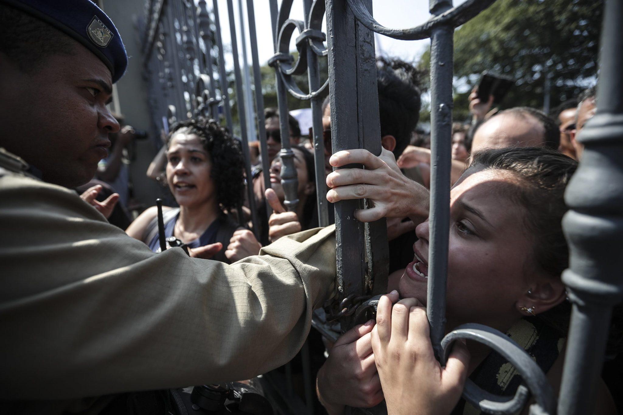 Setki ludzi zebrało się przed Muzeum Narodowym w Rio de Janeiro. Uważają, że służby zaniedbały ochronę i akcję gaśniczą, fot. Antonio Lacerda, PAP/EPA