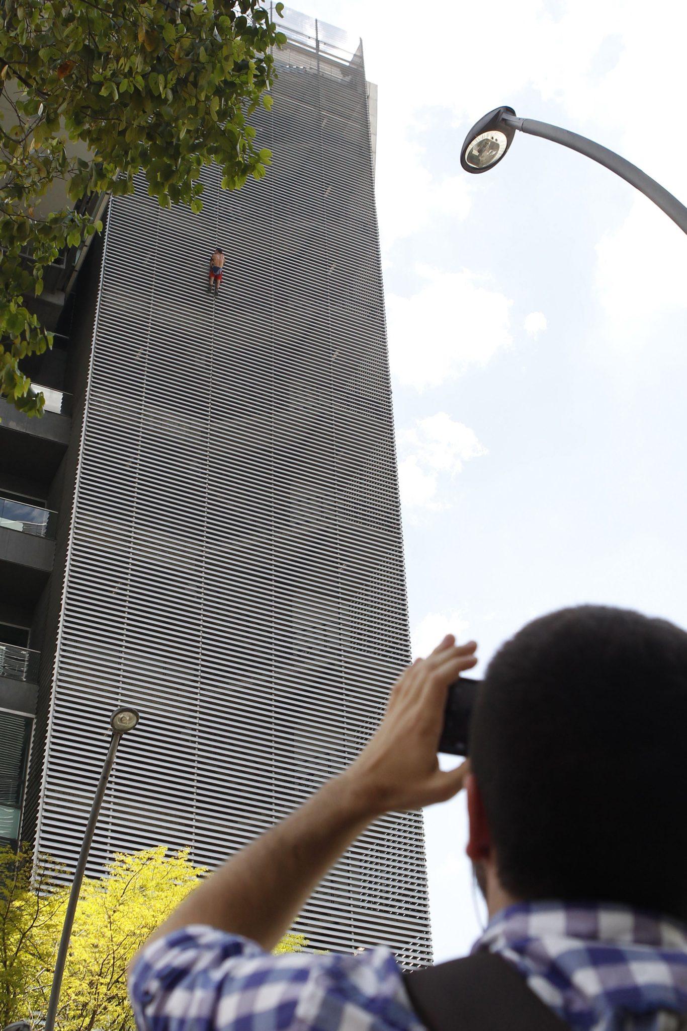 Rosyjski wspinacz Pavel Gogulan wspina się, bez ochrony, na budynek w Medellin, w Kolumbii