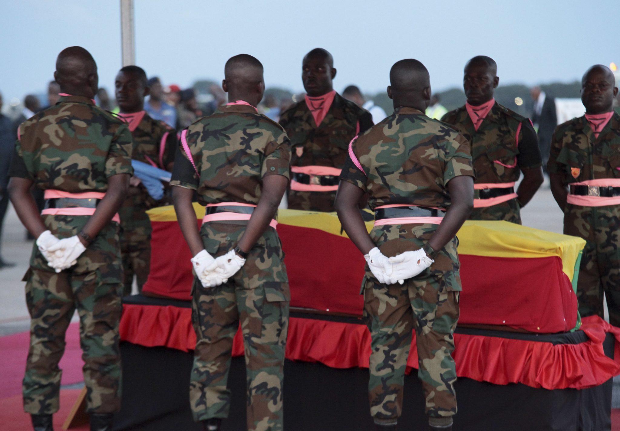 Żołnierze Ghany noszą trumnę podczas przybycia ciała zmarłego Kofi Annana w Akrze ( stolica, największe miasto i główny port Ghany), fot. Christian Thompson, PAP/EPA