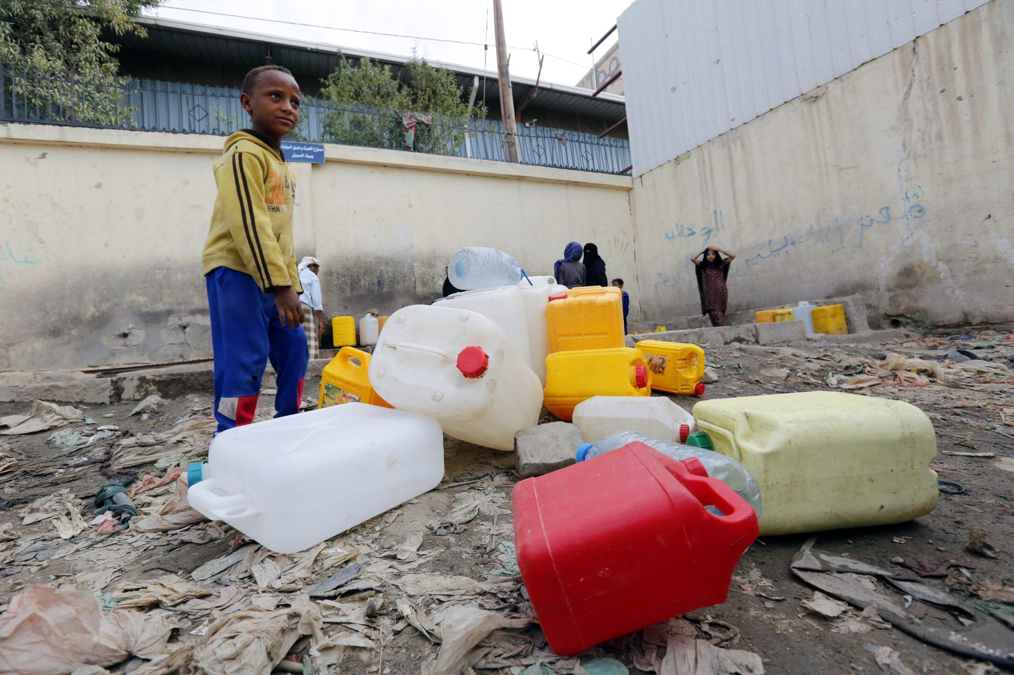 Jemen: Jemeńczycy napełniają wodą kanistry. W całym kraju, szczególnie w Sanie, powszechne są zakłócenia w dostawie wody, fot. Yahya Arhab,PAP/EPA