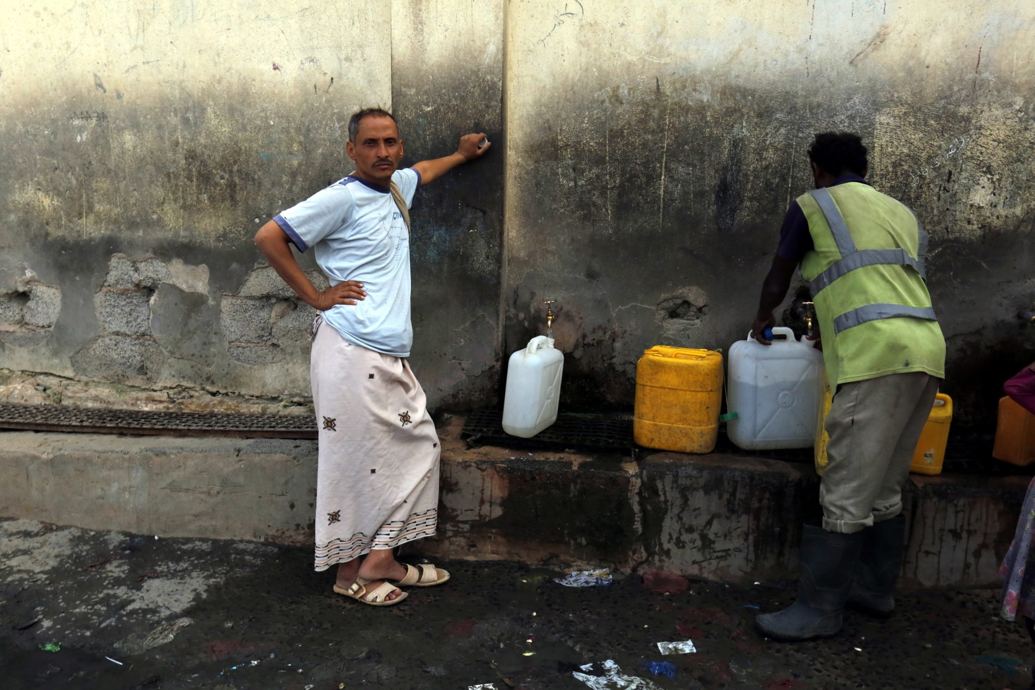 Wielu Jemeńczyków cierpi z powodu braku podstawowych usług i zasobów wody. Katastrofa humanitarna spowodowana jest przez eskalację konfliktu pomiędzy buntownikami z Hutów a wspieranymi przez Arabię Saudyjską siłami rządowymi, fot.Yahya Arhab,PAP/EPA